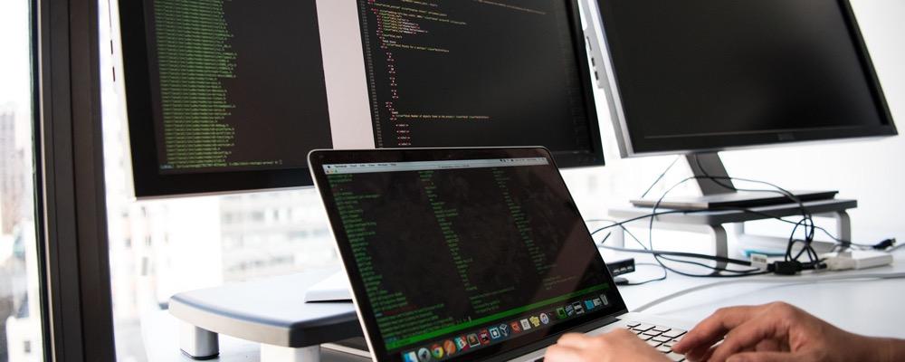 L'administrateur SIRH fait le lien entre la direction des ressources humaines et la direction des systèmes d'information d'une entreprise.