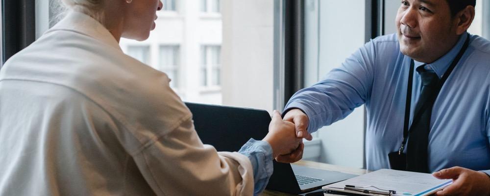 Le consultant recrutement est principalement chargé de recruter de potentiels candidats pour ses clients.