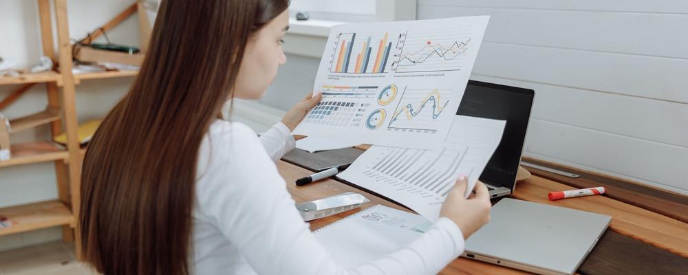 Le contrôleur de gestion commercial gère et donne les indicateurs financiers d'une entreprise, notamment ceux en lien avec l'activité commerciale.