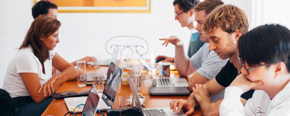 Le contrôleur de gestion sociale gère et analyse notamment les indicateurs financiers des ressources humaines d'une entreprise.