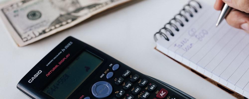 Le gestionnaire paie et administration du personnel gère les démarches administratives et techniques liées aux salaires versés par l'entreprise qui l'emploie