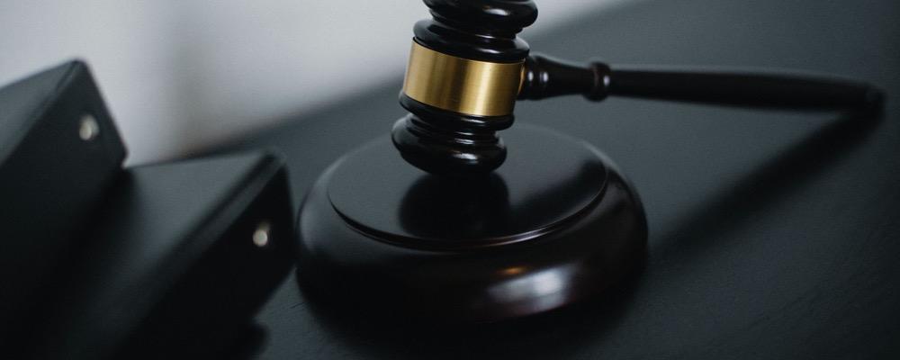 Le gestionnaire recouvrement contentieux est chargé du recouvrement des créances litigieuses et assure ainsi la maîtrise des risques financiers de l'entreprise dans laquelle il travaille.
