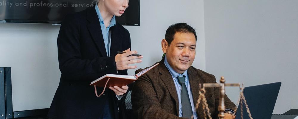 Le responsable juridique élabore la stratégie juridique de l'entreprise.