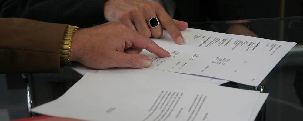 Le responsable recouvrement assure veille au remboursement des sommes dues par les clients à l'entreprise pour laquelle il travaille.